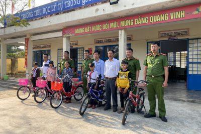 Trao tặng xe đạp cho học sinh nghèo vượt khó